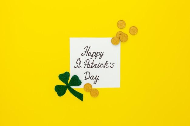聖パトリックの日の作文。緑のクローバーまたはシャムロック、金貨、馬蹄形で紙を飾る
