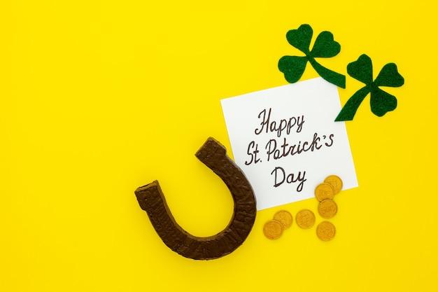 성 패트릭의 날 구성. 녹색 클로버 또는 토끼풀, 금화 및 말굽으로 종이 장식하기