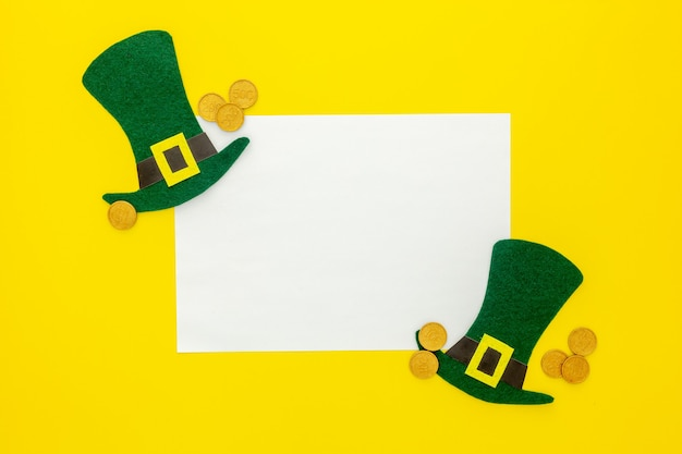 聖パトリックの日の作文。緑のクローバーまたはシャムロック、レプラコーンの帽子、馬蹄形の装飾紙。
