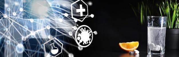 기침 시럽 병의 구성. 건강 관리, 약, 독감 및 치료 개념 - 종이 물티슈와 알약이 있는 온도계.