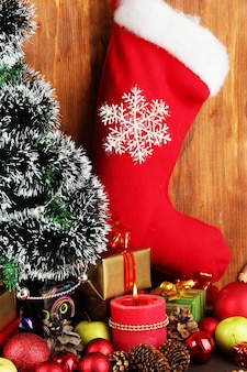 木製の背景に木製のテーブルの上のクリスマスの装飾からの構成