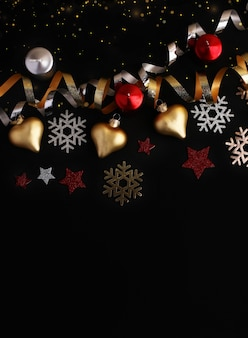 クリスマスのおもちゃ紙吹雪木製雪片とキラキラ星からの構成クリスマスの背景