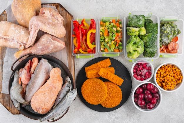 Composizione del cibo congelato sul tavolo