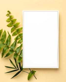 Composizione di foglie verdi con cornice vuota
