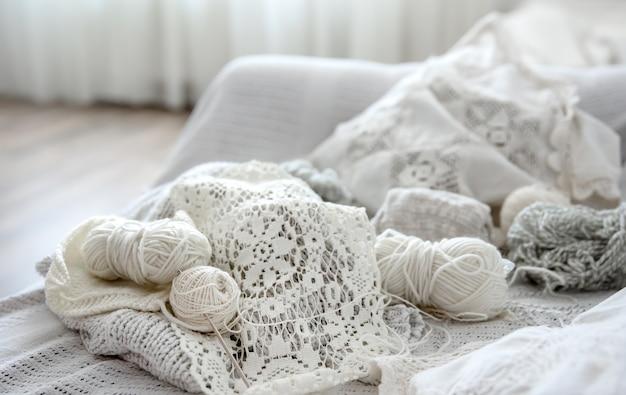 Composizione di prodotti a maglia fatti a mano e fili in colori pastello.