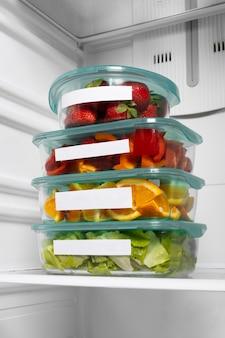 Composizione di cibi crudi sani in frigo