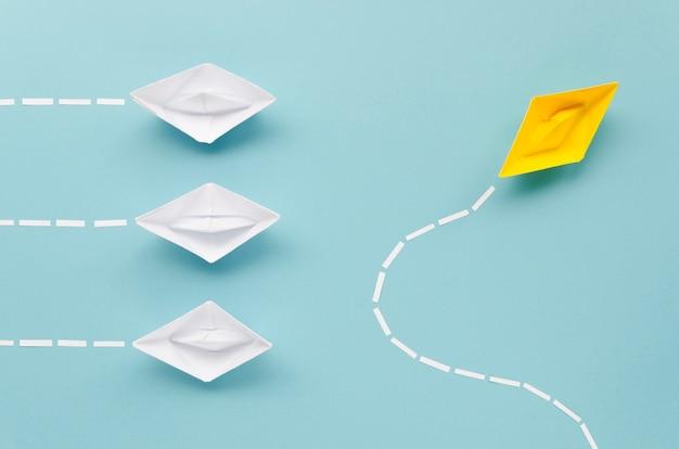Composizione per il concetto di individualità con barche di carta