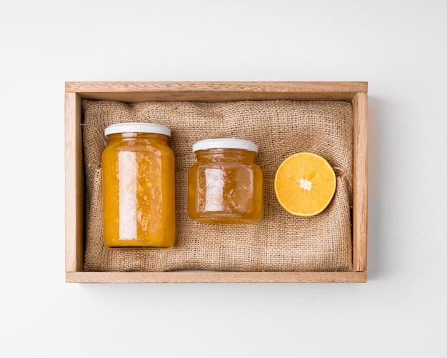 Composizione della marmellata di imballaggi su tavola di legno