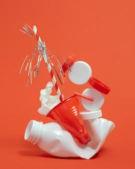 Composizione di elementi in plastica non ecologica