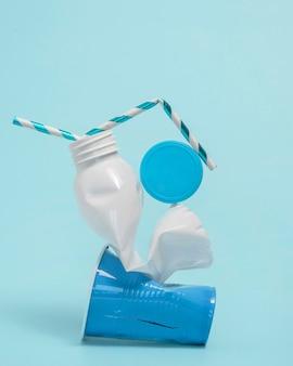 Composizione di oggetti in plastica non ecologici
