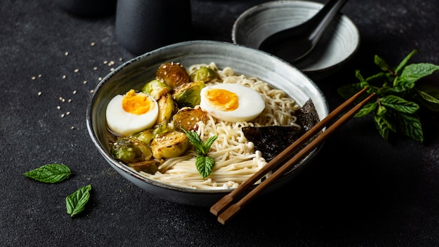 Composition of noodles in a bowl