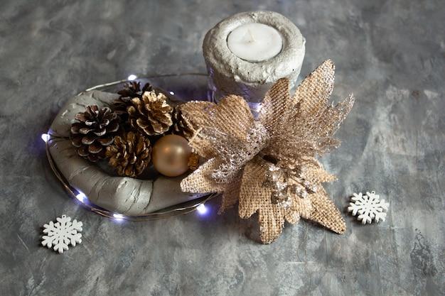 Композиция из цветов серебряная пепельница в виде шишек новогодние огни современный новогодний декор