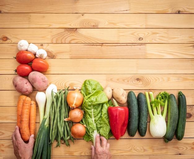 木製のテーブルの上に生の有機野菜を詰め合わせたもの。ビーガン、ベジタリアンデトックスダイエット