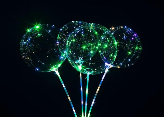 暗闇の中で光を放つ風船の構成