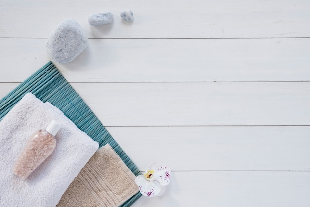 흰색 테이블에 목욕 제품의 구성