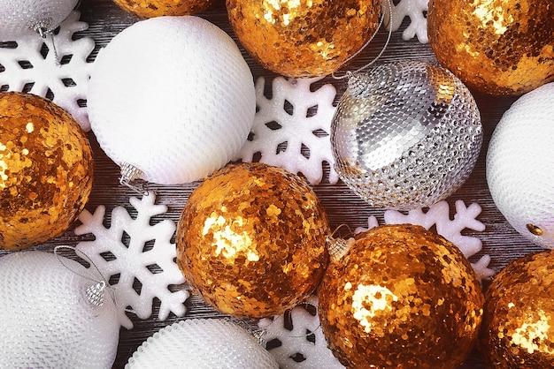 美しいクリスマスつまらないものと雪片の構成、クローズアップビュー