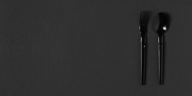 コピースペースを持つ黒い食器の構成