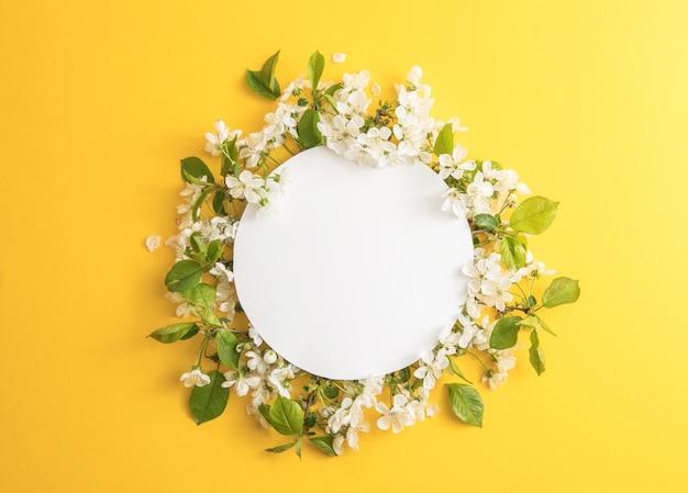 桜と白の花の構成は、周りにフレームが並んでいます