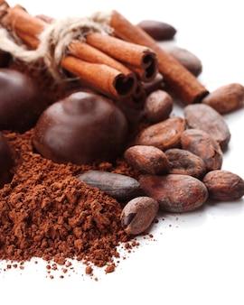 白で分離されたチョコレート菓子、ココア、スパイスの組成
