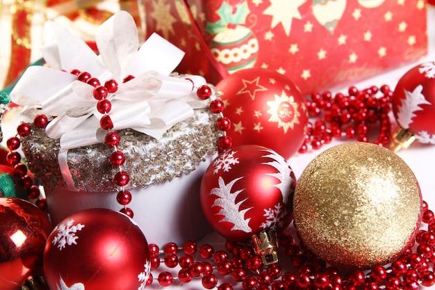 Композиция из новогоднего украшения и подарочной коробки