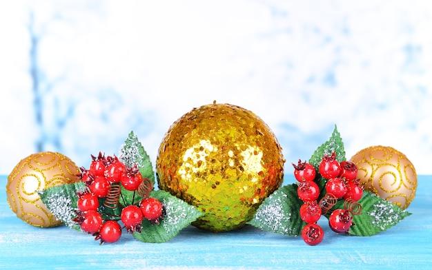 明るい背景のテーブルの上のクリスマスの装飾の構成