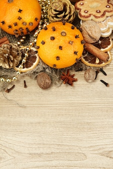 木製の背景に、クリスマスのスパイスとタンガリンの組成物
