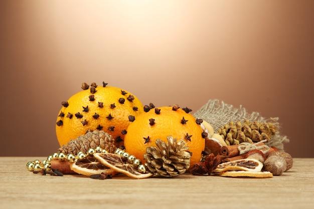木製のテーブルの上のクリスマスのスパイスとタンガリンの組成