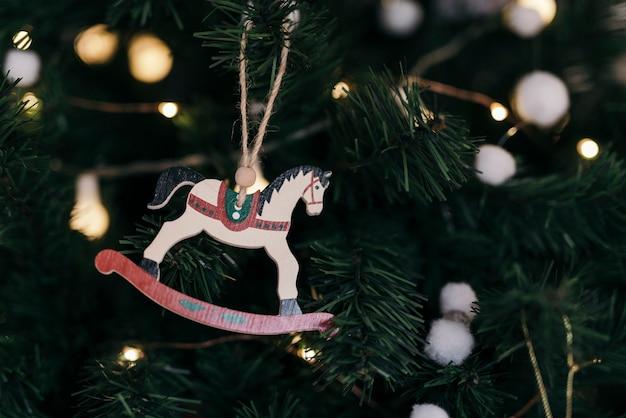 木製の馬の飾りとクリスマスツリーの構成