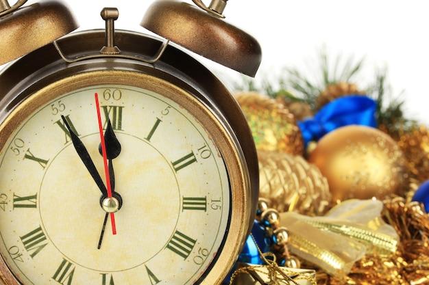 時計とクリスマスの装飾のクローズアップの構成