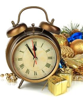 白い表面に分離された時計とクリスマスの装飾の構成