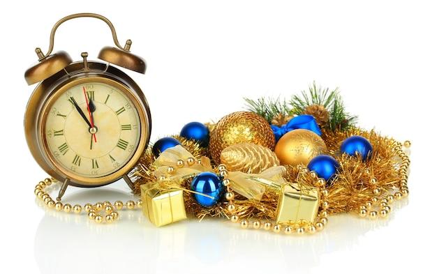 白で隔離の時計とクリスマスの装飾の構成