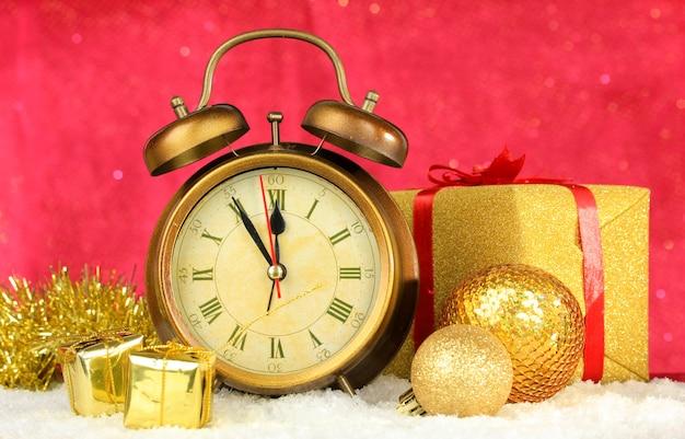 明るい背景の時計とクリスマスの装飾の構成