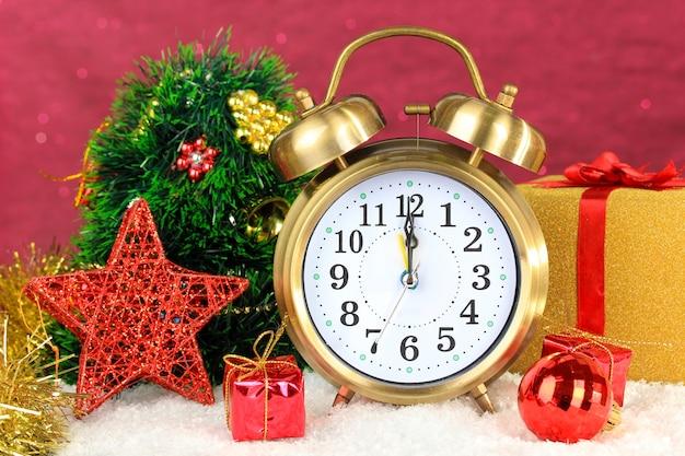 明るい表面の時計とクリスマスの装飾の構成