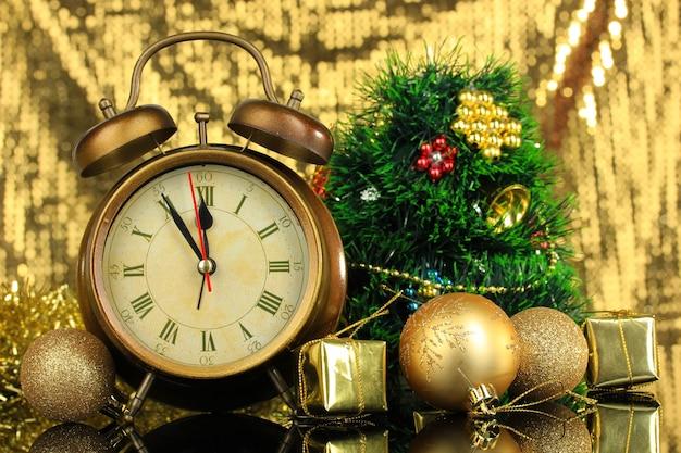 時計とクリスマスの飾りの構成