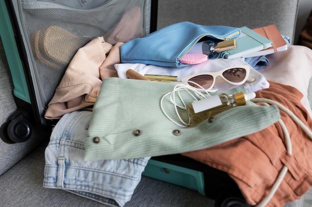 가방에 옷과 액세서리 구성