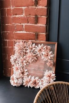 装飾造花の構成。花の室内装飾。花のインテリア