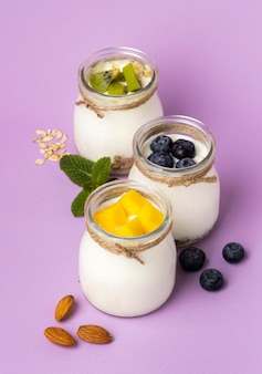 Состав вкусного завтрака с йогуртом