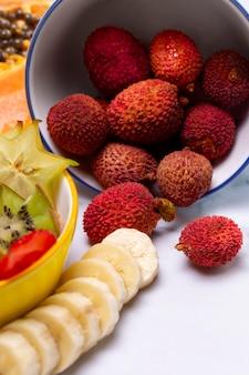 맛있는 이국적인 과일의 구성
