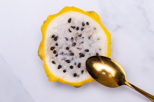맛있는 이국적인 옐로우 드래곤 과일의 구성