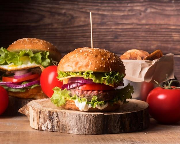 Композиция из вкусных гамбургеров и картофеля фри