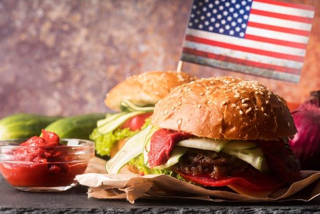 Композиция из вкусных гамбургеров