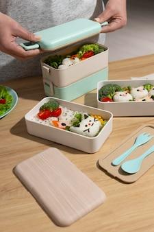 Композиция из вкусной японской коробки бенто