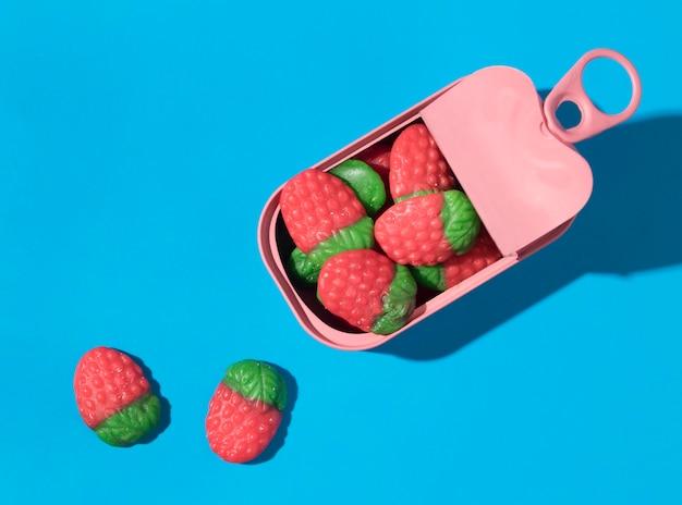 Композиция из вкусных сладких клубничных конфет