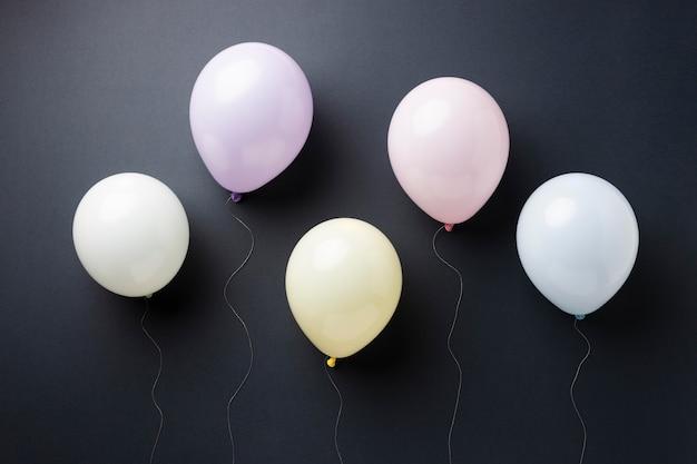 Композиция из различных праздничных шаров