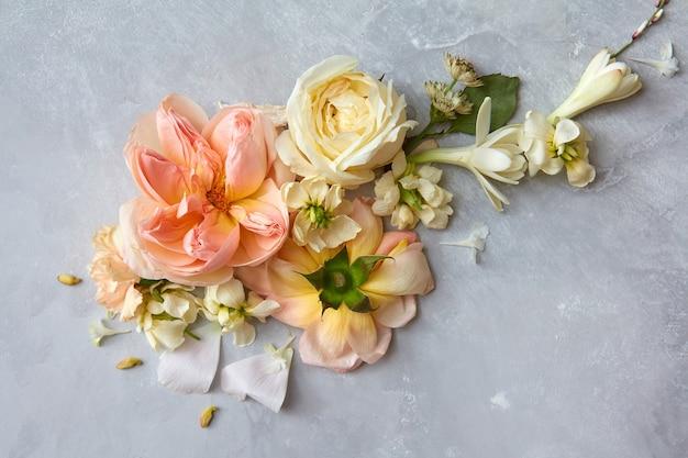회색 배경에 표시되는 다른 꽃의 구성입니다. 발렌타인의 날에 회색 배경 장식입니다. 휴일 개념입니다.