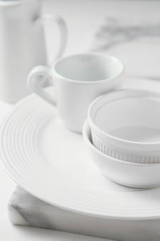 Композиция из элегантной посуды на столе