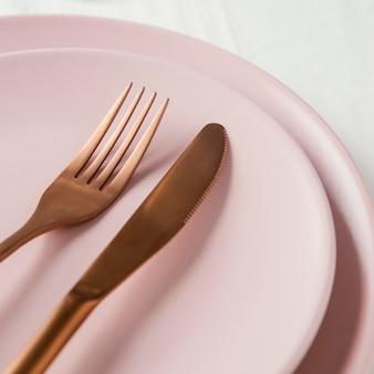 テーブルの上のエレガントな食器の構成