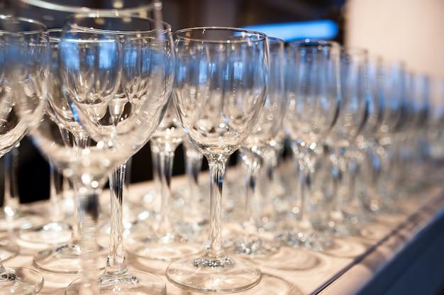 Композиция из пустых бокалов для шампанского