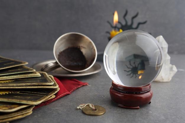 Композиция из эзотерических предметов, используемых для исцеления и гадания
