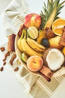 エキゾチックなフルーツの組成。上面図。閉じる。